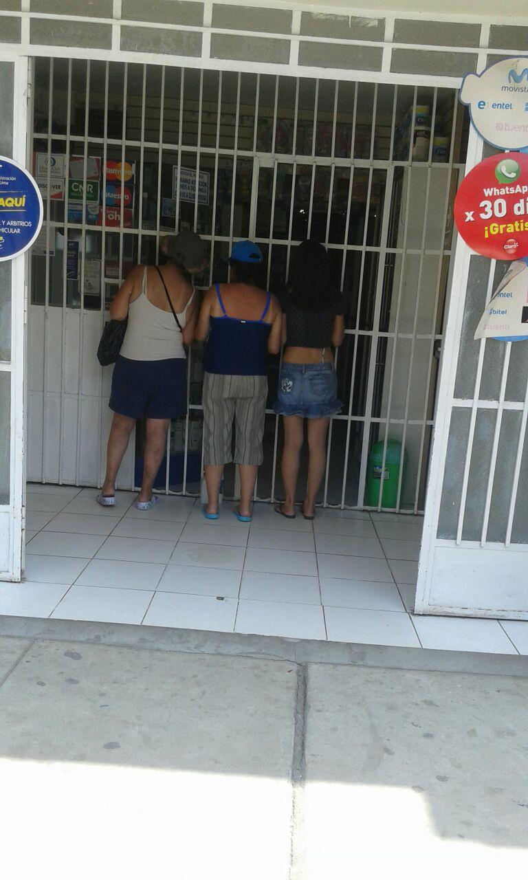 los chicos de la casa de reposo haciendo sus compras