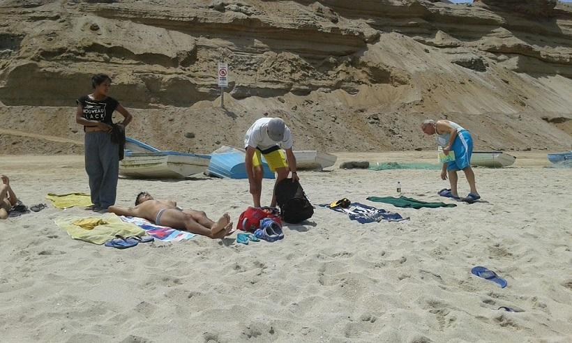 los chicos de la casa de reposo en la playa 2017, muy relajado en la arena