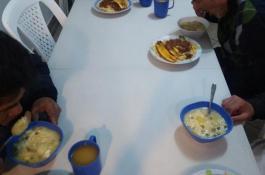 Los chicos de la casa de reposo disfrutando de una alimentación balanceada y deliciosa!!