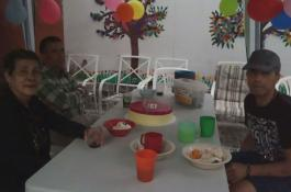 Celebrando el cumpleaños de unos de los chicos de la casa con torta incluida