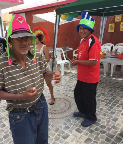 Fiesta de Hora Loca para los chicos de la Casa de reposo posando para ñla foto