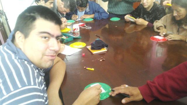 Participando de un taller de pintura para mejorar la esquizofrenia